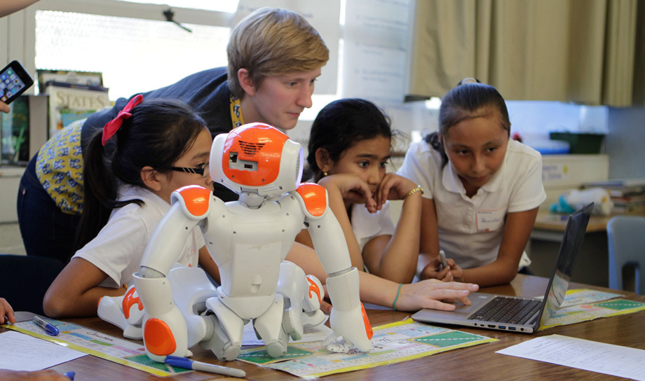 Как роботы помогают школьникам учить основные предметы