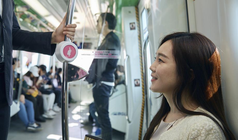 Система Pink Light предупредит пассажиров о беременной женщине, которой нужно уступить место
