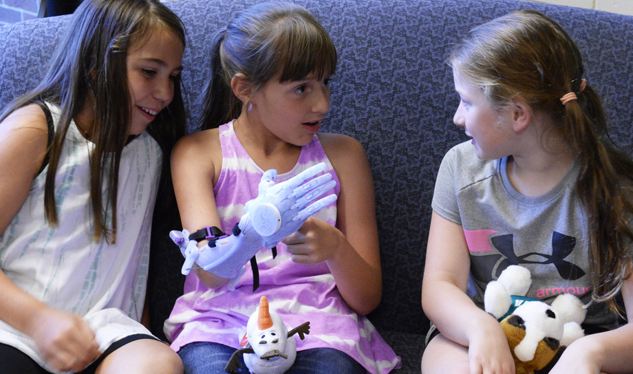 Американские студенты создали с помощью 3D-принтера протез для маленькой девочки