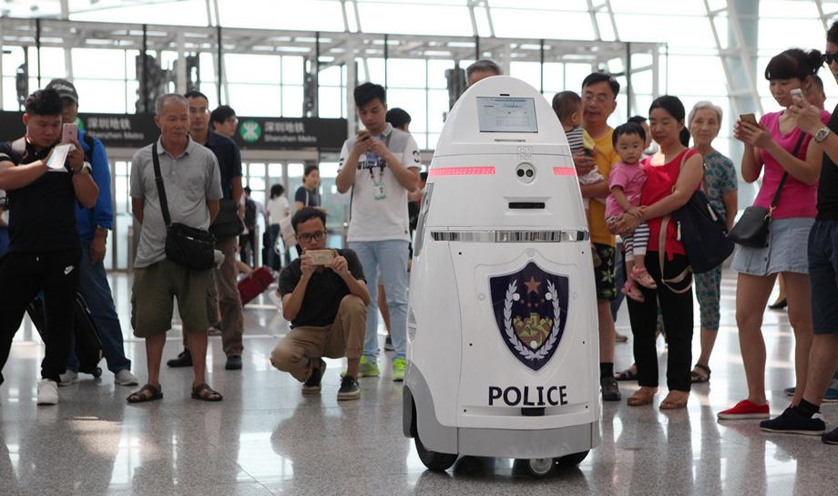 В штат китайского аэропорта принят робот-полицейский