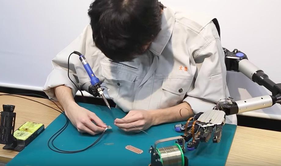 Дополнительные роботизированные руки, возможно, скоро станут вашими помощниками